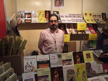 Enzo Valentini presso lo stand di Penne e Papiri