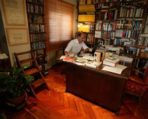 Eric Frattini nel suo studio