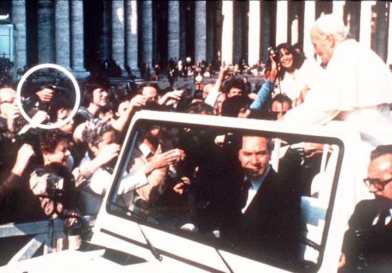 Il momento in cui Alì Agca spara a Giovanni Paolo II